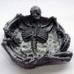 Пепельница со скелетом