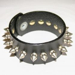 Кожаный браслет с шипами